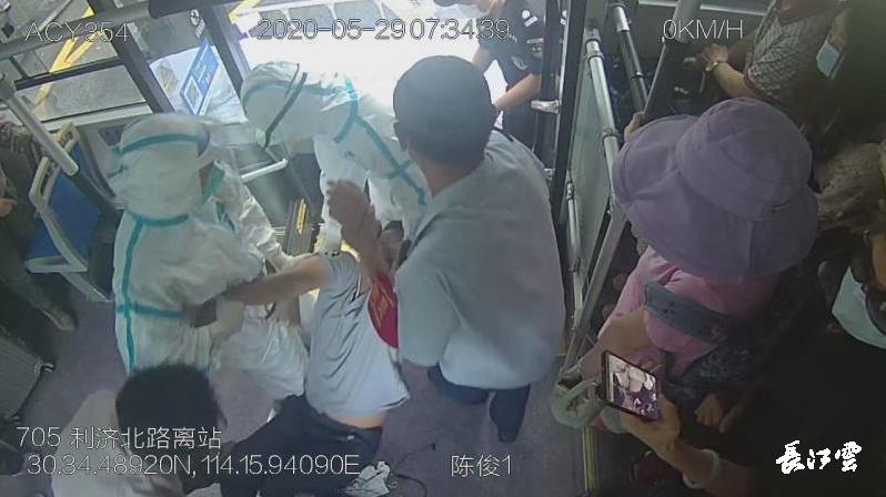 今天武汉的705公交车上,这一幕,让人敬佩安卓版
