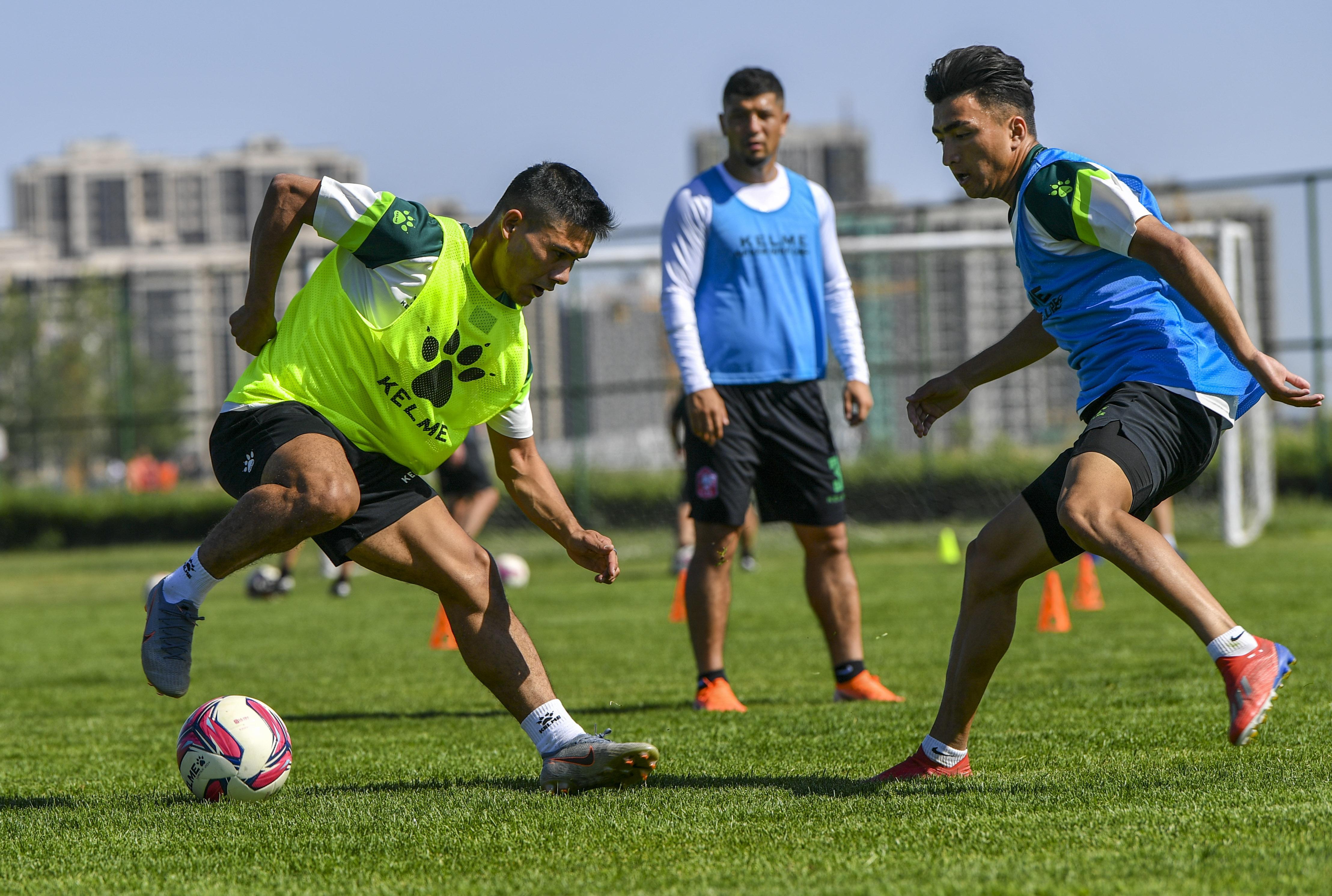 足球——中甲:新疆雪豹纳欢队进行训练安卓版