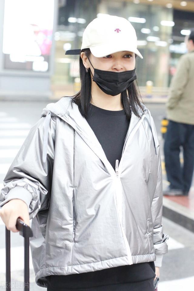 辛芷蕾被嘲变胖后现身机场,主动摘口罩不惧怼脸拍 全球新闻风头榜 第6张