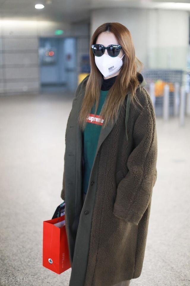 白冰一袭大衣配墨镜气场十足,现身机场满满的都是御姐范插图3