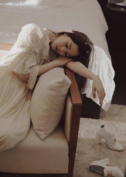 名门泽佳:欧阳娜娜穿米色睡裙慵懒性感长发披肩效果温柔撩人