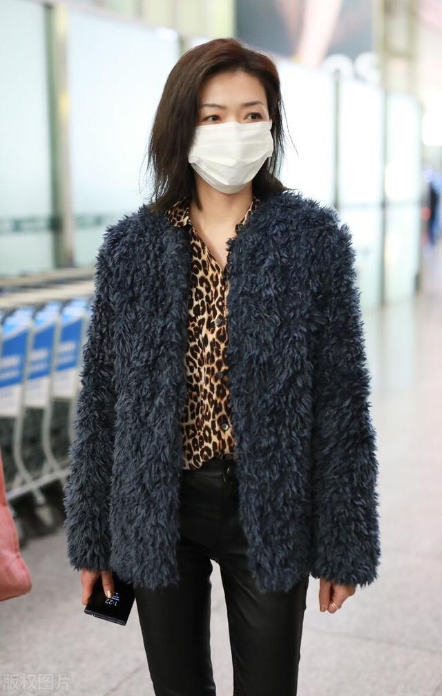 万茜一袭豹纹衬衫搭配毛绒外套现身机场,穿黑色皮裤尽显御姐范插图