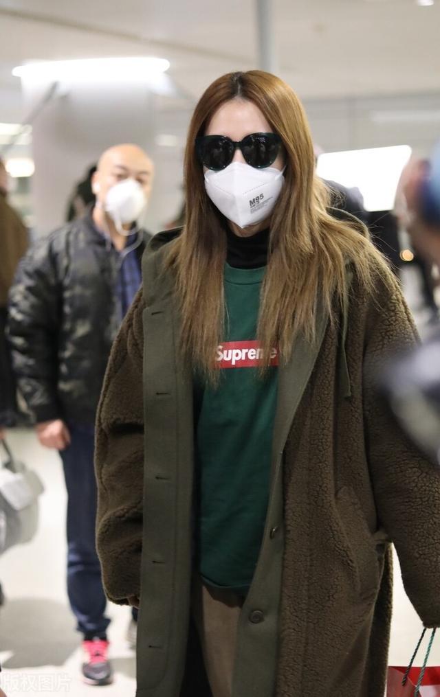 白冰一袭大衣配墨镜气场十足,现身机场满满的都是御姐范插图