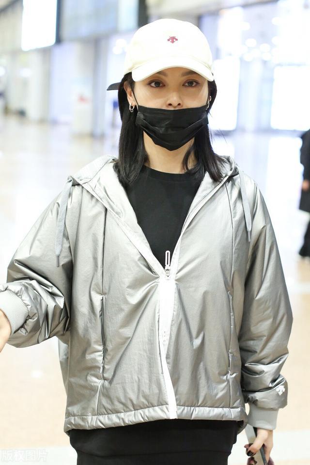 辛芷蕾被嘲变胖后现身机场,主动摘口罩不惧怼脸拍 全球新闻风头榜 第3张