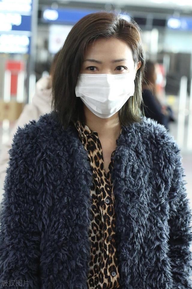 万茜一袭豹纹衬衫搭配毛绒外套现身机场,穿黑色皮裤尽显御姐范插图1