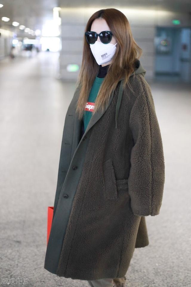 白冰一袭大衣配墨镜气场十足,现身机场满满的都是御姐范插图2