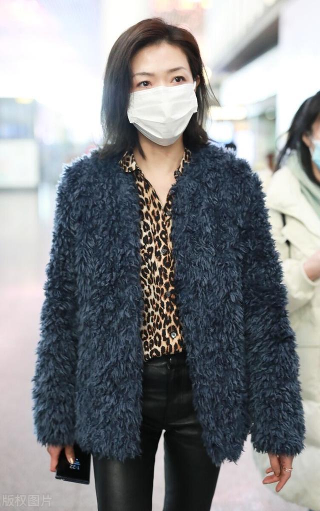 万茜一袭豹纹衬衫搭配毛绒外套现身机场,穿黑色皮裤尽显御姐范插图4