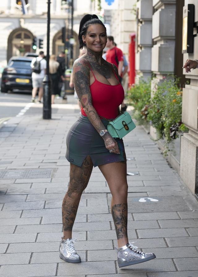 女星杰玛·露西现身伦敦街头,她看起来与众不同-第3张