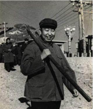 上将见了中将毕恭毕敬,中将:他给我做警卫员时,我经常揍他
