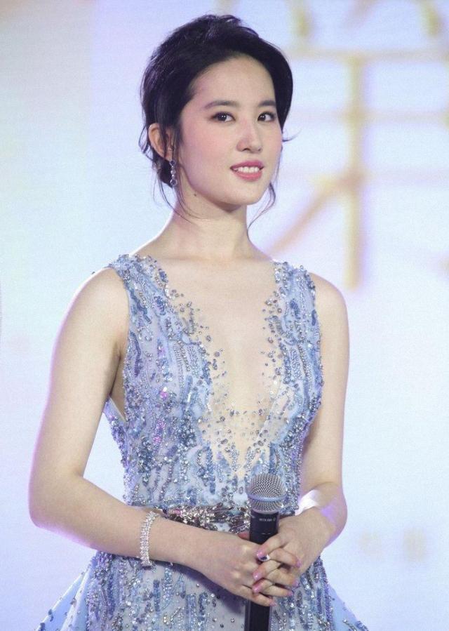 刘亦菲也放开了,穿唯美薄纱裙大秀身材,玲珑曲线太吸睛-第2张