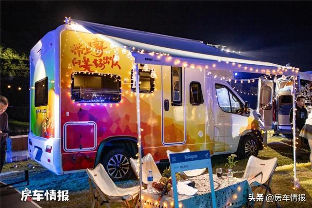 能住4人的大通V90房车,出厂自带7度电,空调洗衣机全配齐