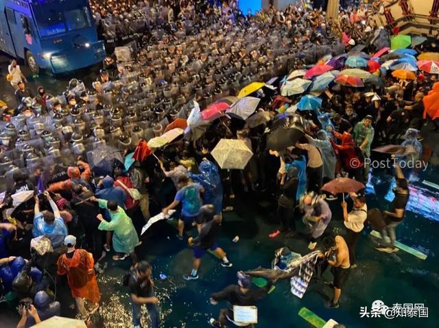 打起来了!泰国警方水炮车清场,示威者曼谷市中心与警方混战!
