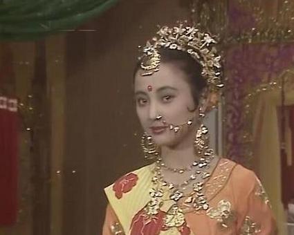 57岁李玲玉婚礼献唱,递话筒无人理,为6位数出场费卖力表演