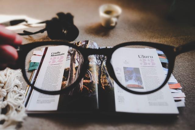 戴眼镜会使眼球变突、变形,这是真的吗?