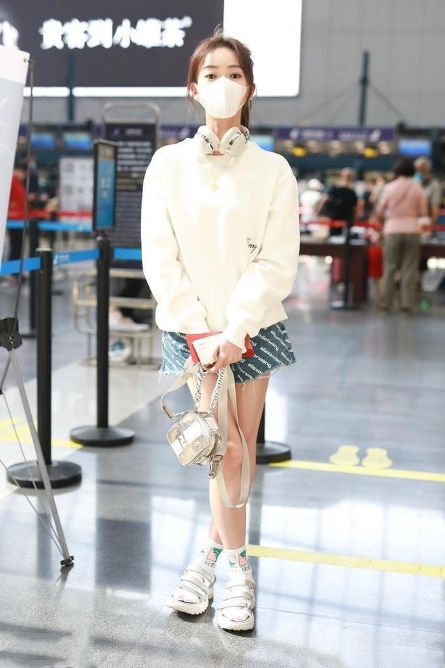 让李沁、赵丽颖爱不释手的单品,一件卫衣轻松get今年流行趋势-第5张