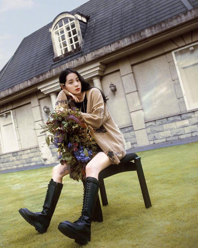 欧阳娜娜解锁新穿搭,棕色毛衣搭配黑色短裤,她对时尚是真爱-第3张