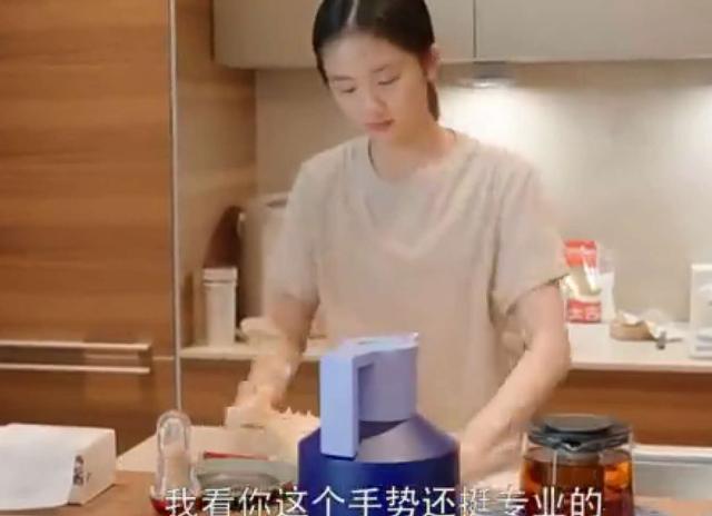 黄磊妻女与胡歌共拍视频,黄多多亲自下厨做饭,胡歌大赞很专业【www.smxdc.net】 全球新闻风头榜 第3张