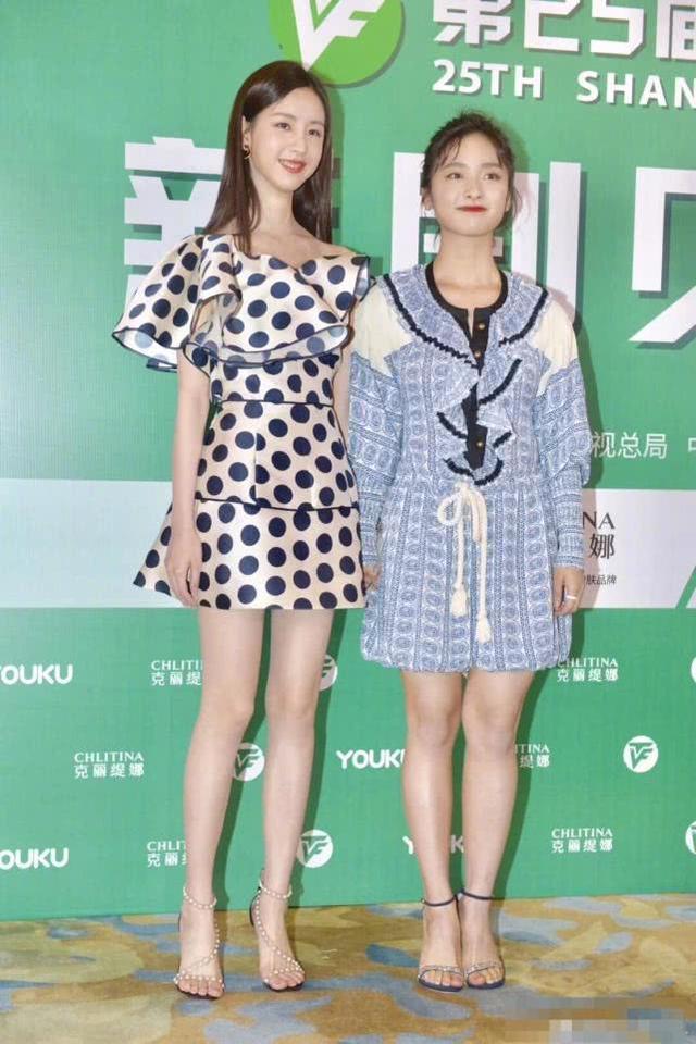 沈月身材也太差,陳都靈就算穿平底鞋也和她一樣高
