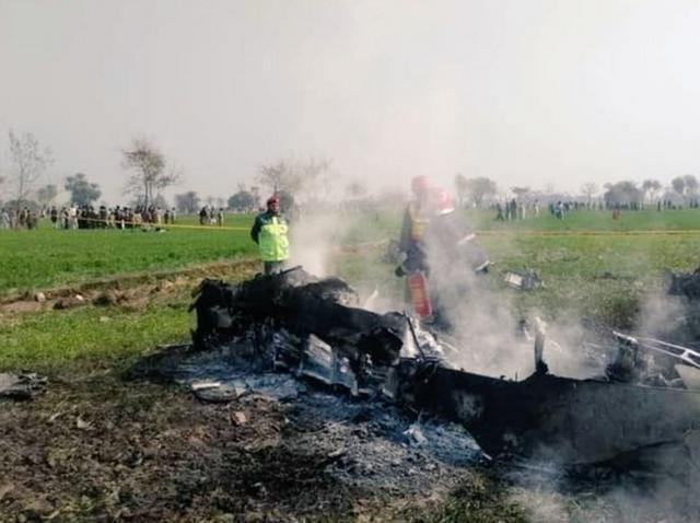 巴基斯坦枭龙战机坠落,飞行员弹射逃生,印度网友:我们击落的-第2张