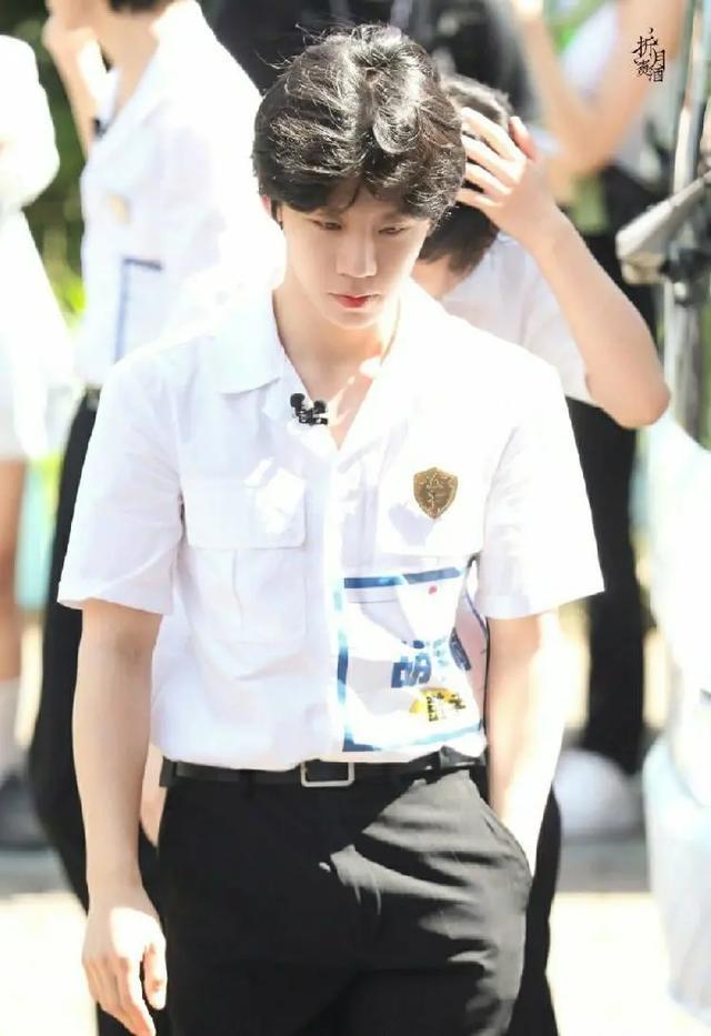 一男艺人参加综艺时疑似突发心脏病,被担架抬走www.smxdc.net