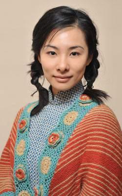 41岁挺孕肚倒立一字马,体操皇后刘璇穿红丝绒西装,逆袭成女王-第3张