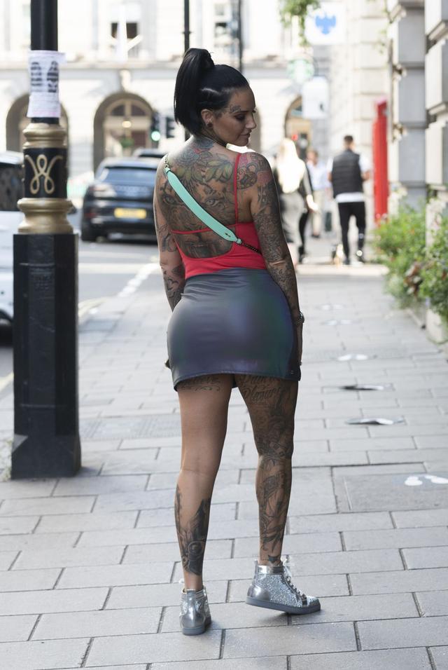 女星杰玛·露西现身伦敦街头,她看起来与众不同-第6张