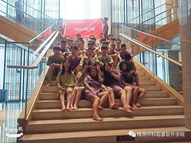 「炎炎夏日,泳池狂欢」|TR02403班团建活动