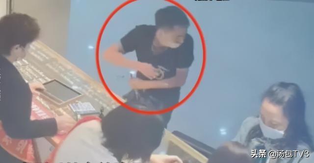 武汉一金店被抢,男子换到钱的第一时间竟是去买衣服 全球新闻风头榜 第3张