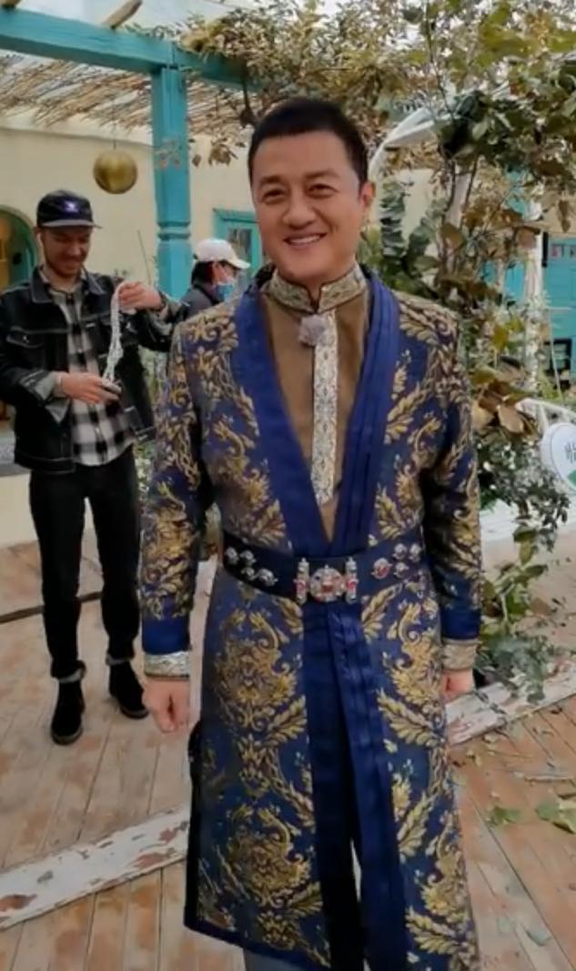 49岁李亚鹏穿金丝长袍,被赞贵族气质!撒贝宁自嘲只配给他牵马【www.smxdc.net】 全球新闻风头榜 第3张