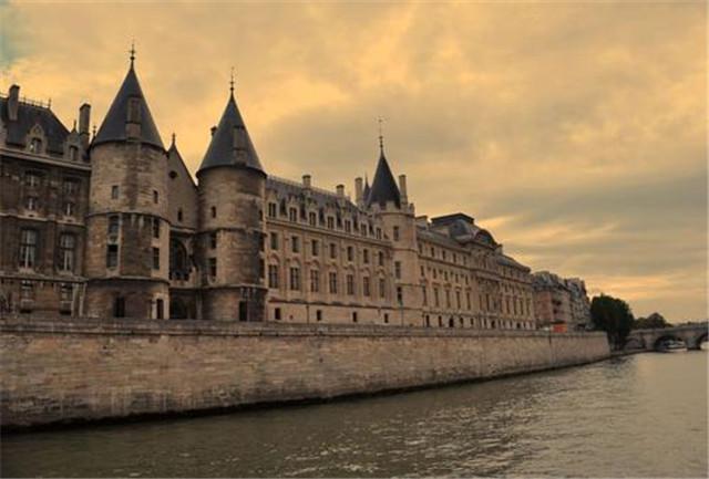 """巴黎""""当铺"""":抵押并不是一件羞耻事,而是一种健全的贷款机构"""