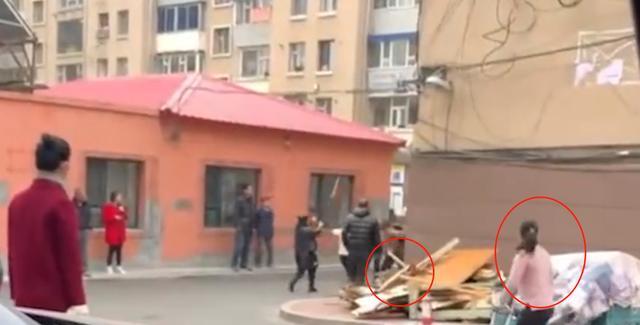 丈夫被众人围殴,妻子见状一人持木棍抡砸众人,民警已调解处理