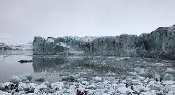 一股巨浪,冰岛冰川崩裂激起巨浪 湖滨游客受惊纷纷逃命