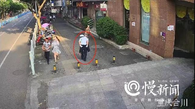 合川辅警背老人过马路,平凡举动温暖一座城