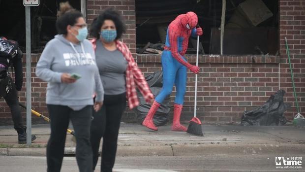 """""""蜘蛛侠""""美国街头打扫抗议活动后废墟 DC宇宙黑暗成现实 蝙蝠侠小丑现身抗议游行"""