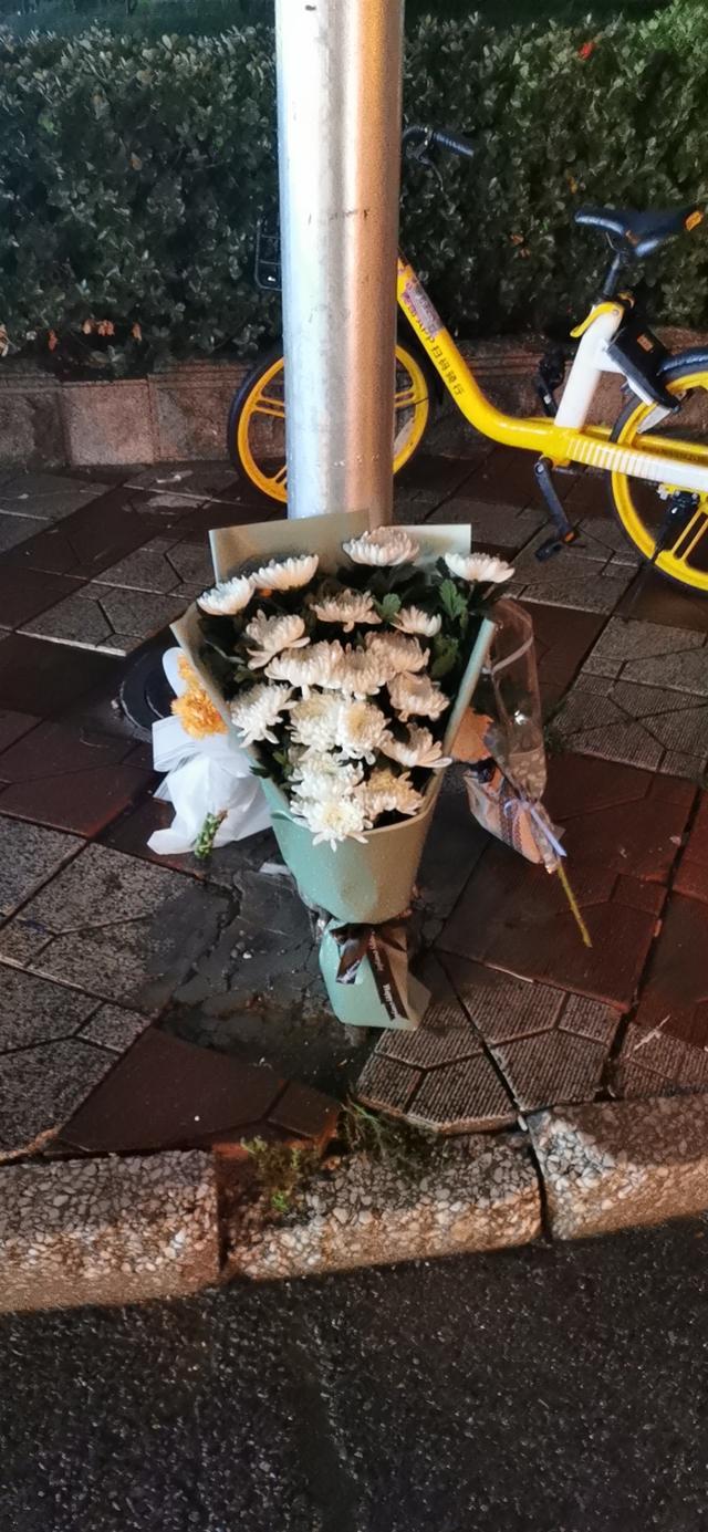 天津67岁男子当街伤人致1死,市民在女孩遇难点摆菊花悼念
