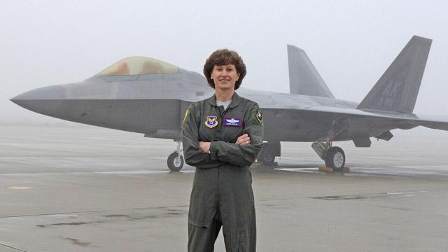 美军传奇女少将曝出丑闻遭撤职 曾是F-22战机顶级女性飞行员www.smxdc.net