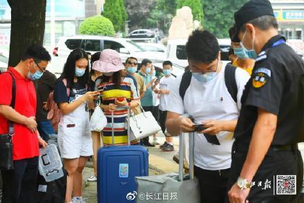 欢迎回家!刚刚,武汉迎来第一批返校大学生www.smxdc.net 全球新闻风头榜 第5张