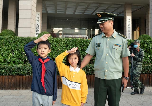 上海人民广场今晨隆重举行国庆升旗仪式-第6张