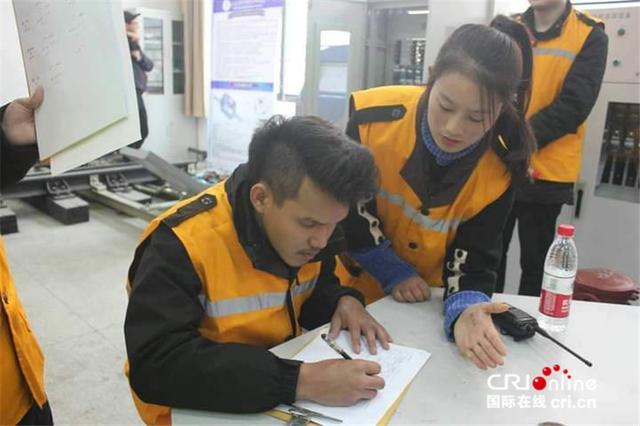 """泰国小伙儿郑齐光在中国学高铁检修""""等中泰铁路建好我就能走我梦想的路""""-第2张"""
