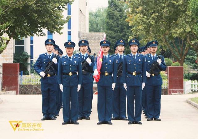 晨曦迎华诞!空军石家庄飞行学院某旅隆重举行升旗仪式-第1张