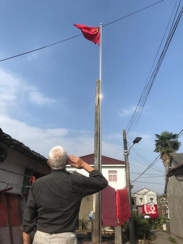 92岁老兵农家小院升国旗20年 这份使命交给七旬儿子-第1张
