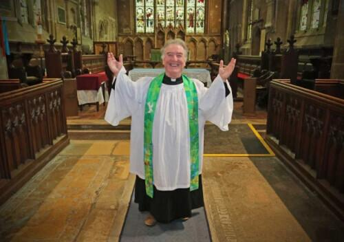 英国最矮小牧师身高仅1.47米 站箱子上布道
