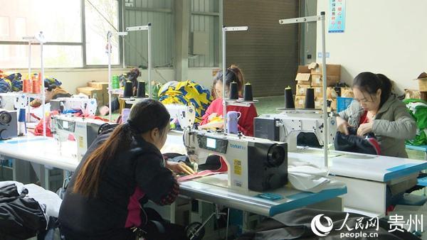 贞丰县龙场镇:引来服装加工企业 带动群众就业