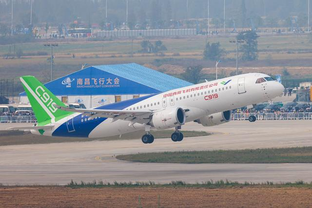 翱翔蓝天!C919大型客机首次亮相行业活动并进行飞行表演