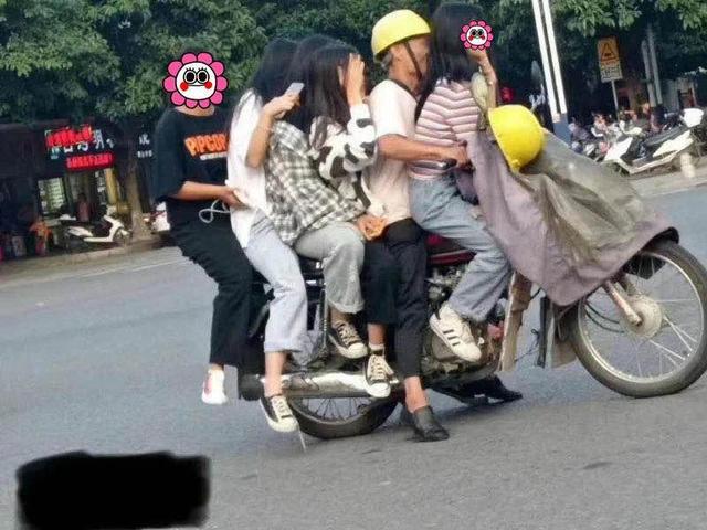 清远一摩的司机开无牌摩托载5名女孩!罚1600元记26分