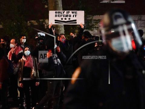 纽约爆发大规模抗议活动:抗议者纵火烧垃圾 与警方互殴 全球新闻风头榜 第1张