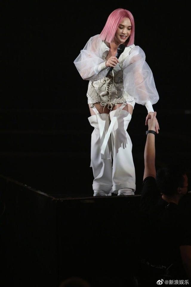 杨丞琳演唱会突发意外从高台踩空 李荣浩发长文心疼老婆 全球新闻风头榜 第3张