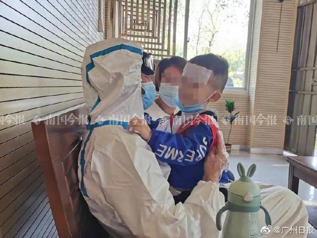 3岁男孩确诊肺癌晚期,爸爸却因醉驾正在服刑,父子看守所里隔着防护服拥抱 全球新闻风头榜 第1张