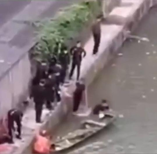 杭州一女子疑因生病轻生跳河,被救后一脚将民警踹下水 全球新闻风头榜 第3张