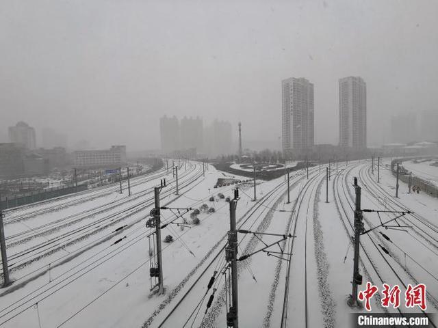 """哈尔滨中小学幼儿园因雪停课 官方回应为何通知""""迟到"""""""